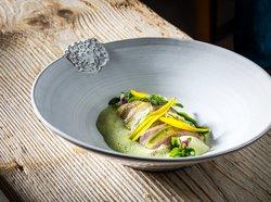 Junge Zucchini mit Taglilien und Zunge vom Rutzenmoser Bio Lamm