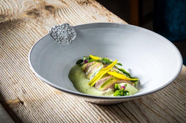 Junge Zucchini mit Taglilien und Zunge vom Rutzenmoser Bio Lamm und