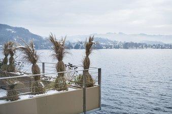 Detailaufnahme Balkon des Seehotels im Winter
