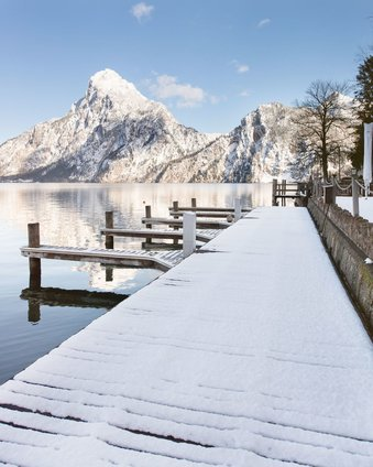 Bathing jetty of the Seehotel Das Traunsee in winter