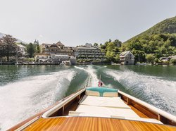 [Translate to Englisch:] Blick auf das Seehotel Das Traunsee vom Motorboot aus