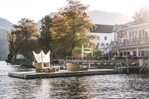 Außenaufnahme Seehotel im Herbst