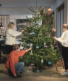 Familie Gröller beim Dekorieren des Weihnachtsbaums