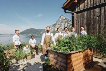 Küchenteam im hauseigenen Kräutergarten