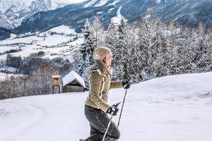 Schneeschuhwandern in der winterlichen Landschaft rund um den Traunsee