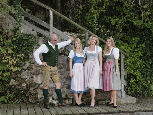 Wolfgang und Monika Gröller mit ihren Töchtern