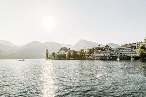 Blick auf Halbinsel Traunkirchen und Seehotel Das Traunsee
