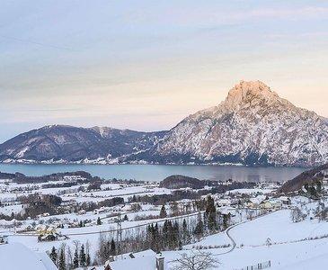 Aufstieg zur Hochsteinalm mit Blick auf den verschneiten Traunstein (c) www.traunseehotels.at