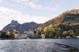 Blick auf Traunkirchen und das Seehotel im Herbst