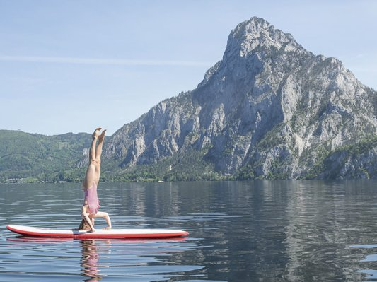 Stand-up paddling with a view of the Traunstein