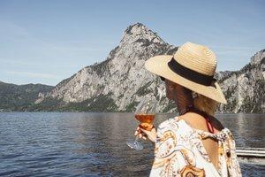 Mit einem sommerlichen Drink den Blick auf den Traunstein genießen