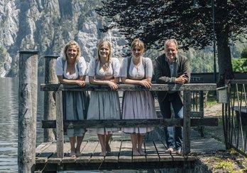 Familie Gröller in Tracht am Steg