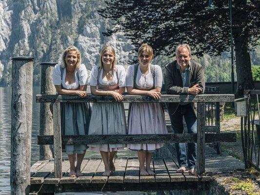 Familie Gröller in der Tracht am Steg