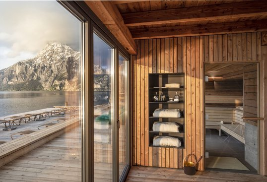 Relax in the SeeSpa with a view of Traunstein