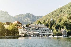 [Translate to Englisch:] Einzigartiger Blick vom Traunsee auf unser Seehotel das Traunsee