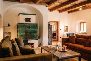 Gemütliches Wohnzimmer mit Kachelofen